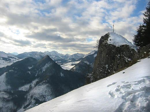 Der Gipfel des Rehleitenkopfes mit Blick auf das dahinter liegende Sudelfeld. Der eigentlich Gipfel liegt einige Meter weiter östlich, ist jedoch stark bewaldet und unbedeutend.