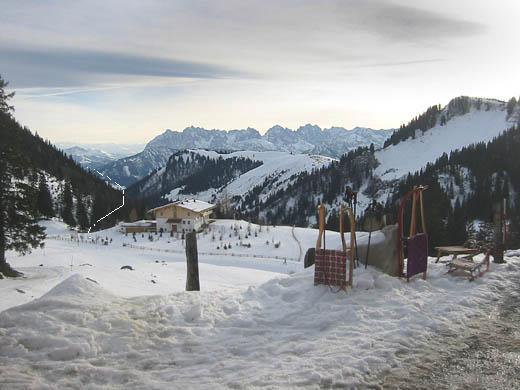 Blick von der Priener Hütte nach Süden. In der Bildmitte das dominierende Kaisergebirge, links davon der ungefähre Aufstiegsweg durch das Baumgartenbachtal.