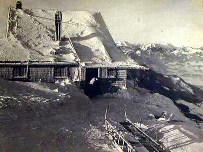 Ein altes Bild der Hochrieshütte - das Original findet man in der Gaststube des Hochrieshauses.