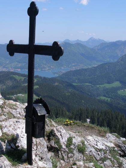 Gipfelblick auf den Tegernsee. Links neben dem Gipfelkreuz kann man die Aueralm erkennen.