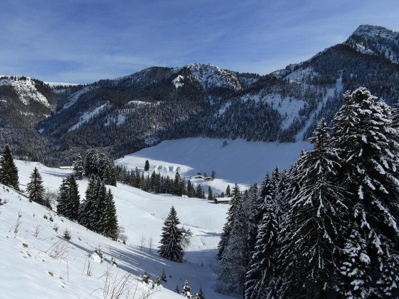 Das Trockenbachtal mit dem Spitzstein (rechts), Brandelberg (Mitte), Zinnenberg (links) und unter diesem der Schwarzrieshütte.
