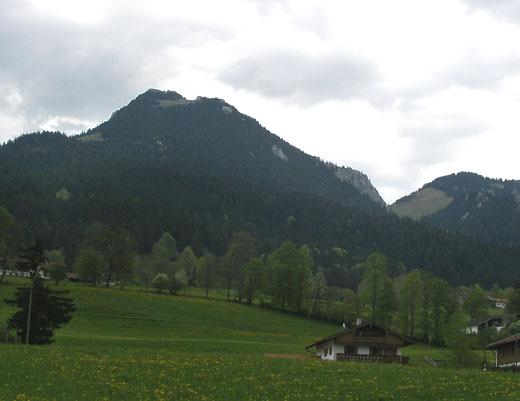 Der Breitenstein von Fischbachau aus gesehen. Die Bucheralm ist das Almgebiet links unterhalb des Gipfels.