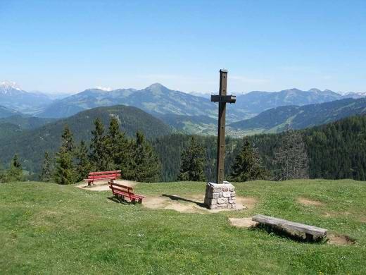 Der Aufenthaltsbereich des Gipfels ist großzügig mit Sitzgelegenheiten ausgestattet. Der geografische Gipfel liegt einige Minuten entfernt und wird seltener besucht.