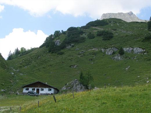 Die Kaiser-Niederalm mit der Maukspitze - links der Aufstieg zur Kaiserhochalm.
