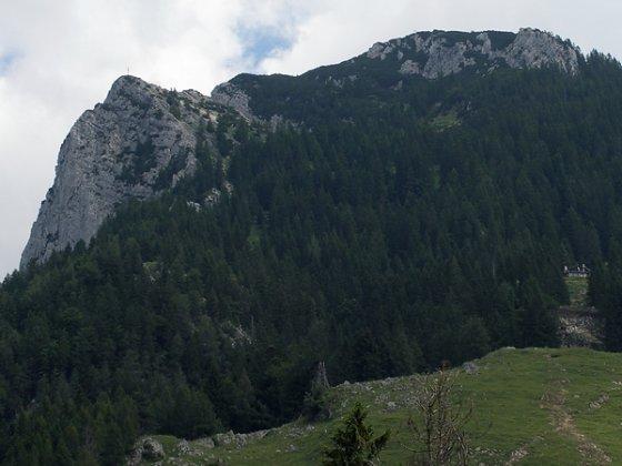 Wer ab der Rietzaualm noch weiter bergauf gehen will, hat die Möglichkeit zur Vorderkaiserfeldenhütte (Bildmitte ganz rechts), die Naunspitze (links) oder das Petersköpfl (oben).