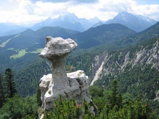 """Die """"Steinerne Agnes"""" - ein Wahrzeichen des Lattengebirges. Im Hintergrund Watzmann, Großer Hundstod und Hochkalter (von links)."""