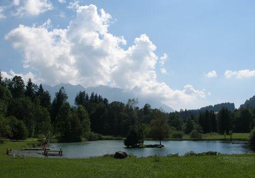 Der idyllische Badesee bei Grenzhub lädt zu einer kleinen Pause ein.