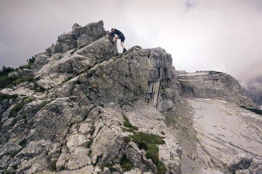 Die Schlüsselstelle am Nordostgrat des Kleinen Watzmann ist der »Gendarm«: Kurze und ausgesetzte Kletterei im II. Schwierigkeitsgrad.