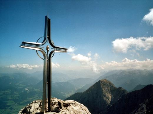 Das neue Kreuz am Hohen Göll. Von hier hat man eine gute Aussicht in alle Himmelsrichtungen.