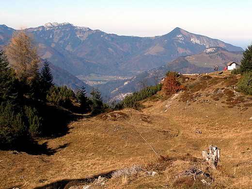 Die Schnappenkapelle (ganz rechts) - im Hintergrund Kampenwand und Hochplatte