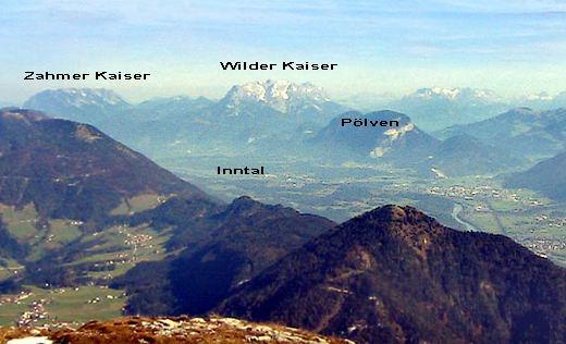Blick vom Roßkogel in den Brandenberger Alpen über das Inntal. Die charakteristische Form des Pölven ist unverkennbar.