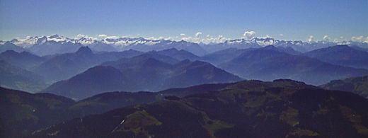Blick vom Sonneck im Wilden Kaiser über die Kitzbüheler Alpen auf die Tauern.Im linken Bilddrittel die charakteristische Kuppel des Großen Rettensteins.