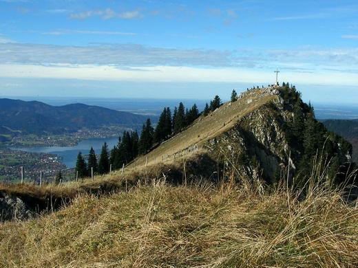 Der Gipfel der Bodenschneid, im Hintergrund der Tegernsee.