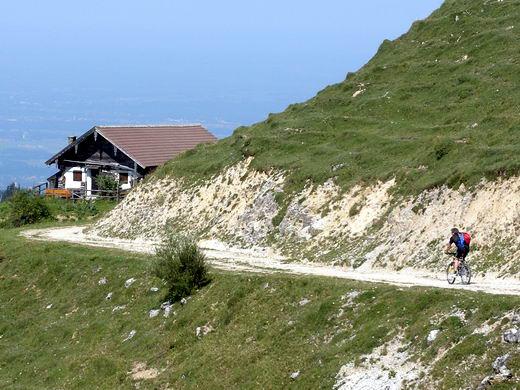 In der Nähe der Nesselbrandalm. In der Bildmitte der Heuberg, links daneben der Ostausläufer des Kranzhorns.