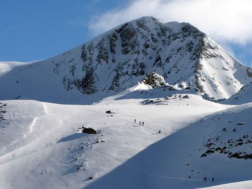 Skibergsteiger im Schwarzbrunnerkees - dahinter der Hohe Riffler.