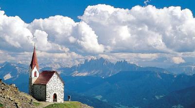 Der höchste Wallfahrtsort Europas: Die Kirche, in der den Sommer über das Latzfonser Kreuz aufbewahrt wird. Im Hintergrund die Dolomiten.
