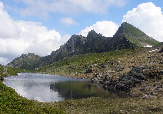 Diese Gebirgskette wird komplett überschritten.Ganz links das Krinnjoch, zu welchem man von der Farmkehralm aufsteigt.Die großen Gipfel von links: Gamskopf - Tapenkopf - Sagtalerspitze - Hochstand.