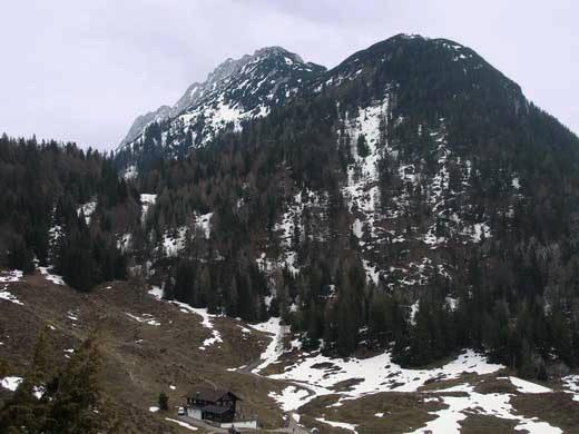 Der Zettenkaiserkopf von Westen (im Vordergrund die Walleralm). Mitte Hintergrund der Zettenkaiser.