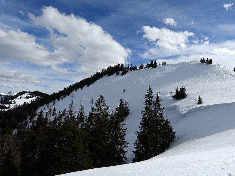 Der Gipfel der Baumgartenschneid (rechts). Links im Hintergrund der Lahnenkopf mit seinem Nordwesthang, ein kleines Skitourenziel.