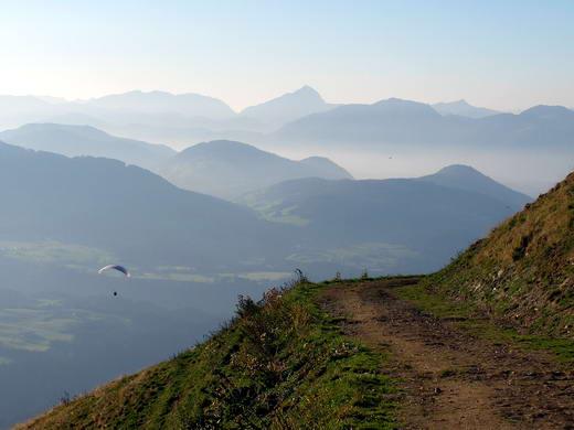 Nach der Wiegalm ist der Weg zunächst noch für kurze Zeit befahrbar, während er nach dieser Stelle bald in eine steile Skiabfahrt (Trail) übergeht. Im Hintergrund Blick über das Inntal zum Guffert.