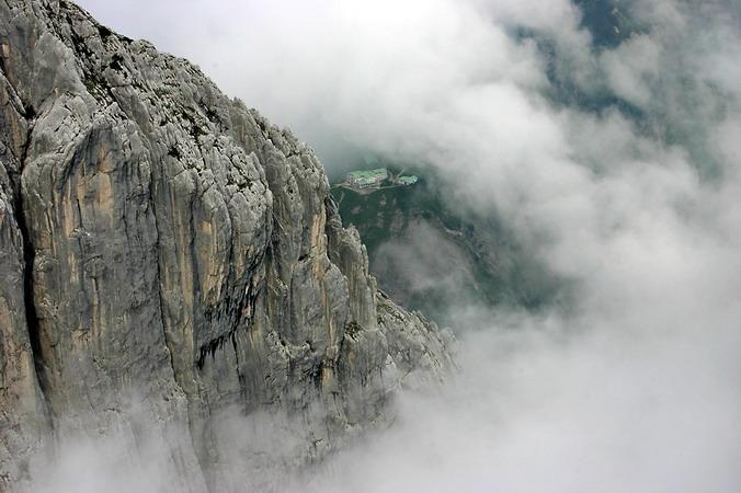 Hinter der Fleischbank schwebt das Stripsenjochhaus (1577 m) wie eine Insel im Nebel.
