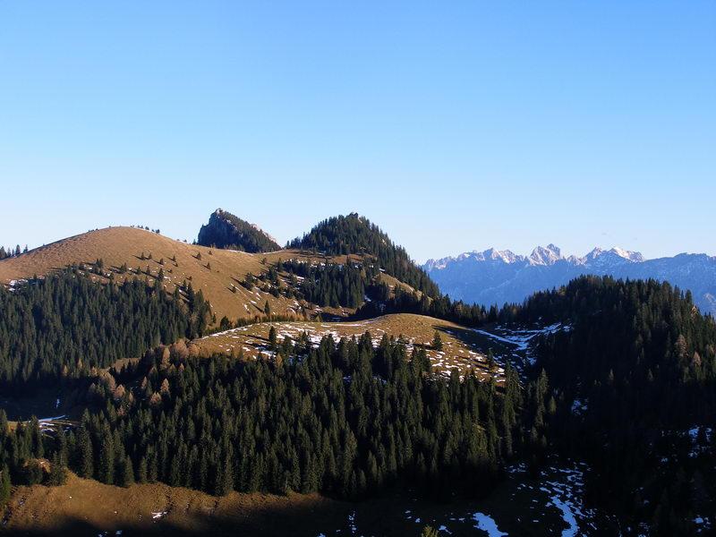Im Bereich der Gassenleite fällt der Blick zurück auf Brünnsteinschanze, Brünnstein und im Hintergrund das Kaisergebirge.