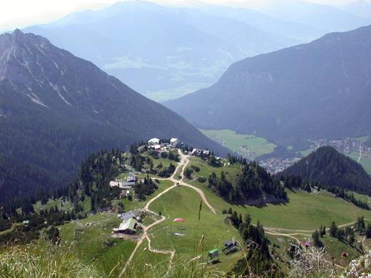 Blick vom Gipfel auf die Rofanbahn und die Erfurter Hütte.Im Hintergrund das Inntal.