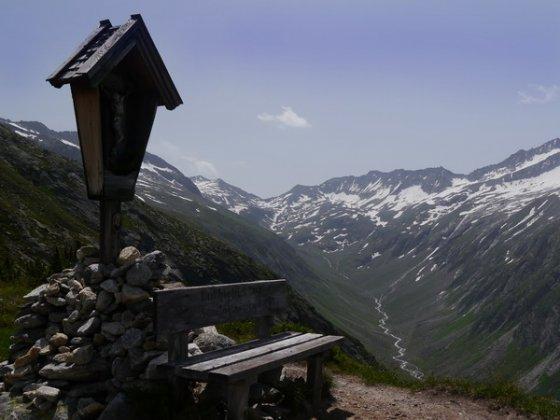 Dieses Wegekreuz steht wenige Minuten unter der Plauener Hütte. Unten fließt der junge Ziller, ganz hinten am Talschluss liegt das Ziel dieser einfachen Wanderung, das Heilig-Geist-Jöchl.