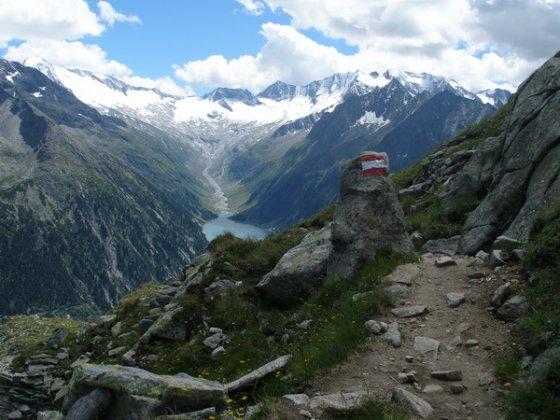 Immer wieder wandert der Blick über den Schelgeisspeicher hinweg zu den Eisriesen des Zillertaler Hauptkammes.