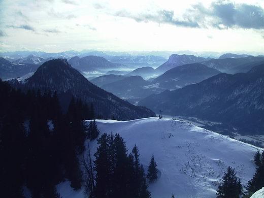 Blick von der Wasserwand, einer der Hauptgipfel des Heubergs, auf dessen schneebedeckten Grasgipfel (im Vordergrund).Im linken Bilddrittel dominiert das dunkel bewaldete Kranzhorn. Die charakteristische Form des Pölven fällt direkt rechts neben dem Kranzhorn-Gipfel auf.