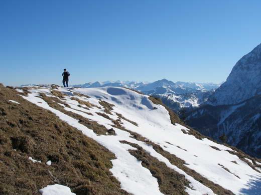 Der breite, grasige Gipfel des Schneebichl ist unspektakulär und ohne Gipfelkreuz.