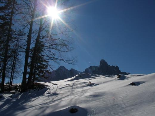 Während des Aufstiegs gibt es immer wieder schöne Ausblicke auf den Ostkaiser mit der dominierenden Ackerlspitze.