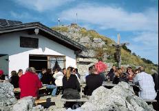 Die Heimgartenhütte direkt unterhalb des Gipfels.