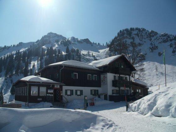 Das alt-ehrwürdige Bodenschneidhaus ist das Ziel dieser Winterwanderung.