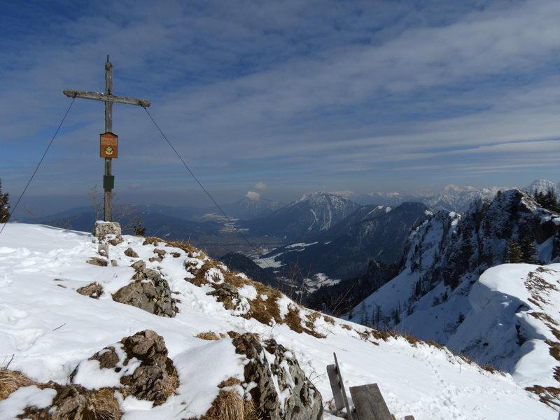 Am Gipfel ist die Aussicht in alle Richtungen überragend (siehe auch Peakfinder-Panorama, unten)