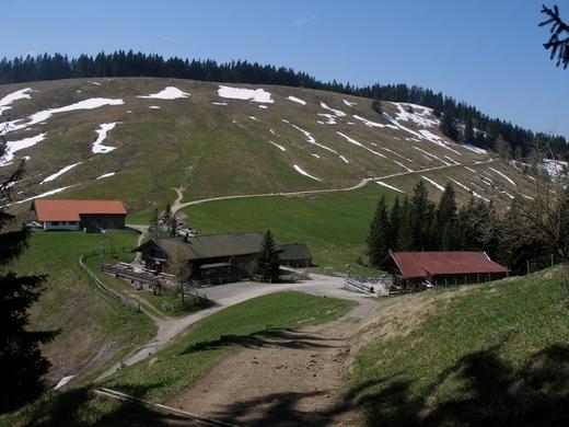 Die drei Gindelalmen, dahinter der Gipfelbereich der Gindelalmschneid.