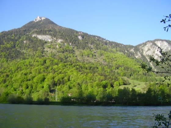 Das Kranzhorn. Der Höhenweg verläuft in etwa bei der Laubwaldgrenze. Ungefähr bei der Wiese rechts geht es hinunter nach Erl