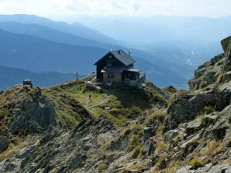 Die herrlich gelegene Kellerjochhütte auf 2237 Meter.