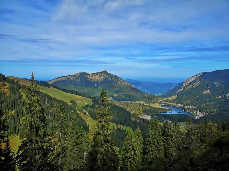 Blick vom Stolzenberg auf den Spitzingsee, in der Bildmitte die Brecherspitz, ganz links die Graskuppe des Rosskopfes.
