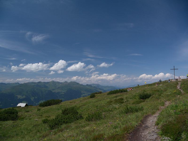Der Gipfel ist flach und es existieren sogar mehrere Bänke.