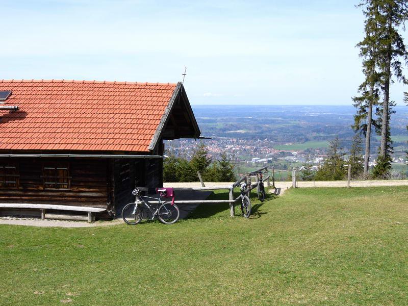 Von der Schwaigeralm schweift der Blick auf Gaißach, Bad Tölz und den Starnberger See.