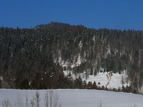 Kaum zu glauben, aber von unten aus sieht man der Kneifelspitze ihre Funktion als überragenden Aussichtsberg kaum an.