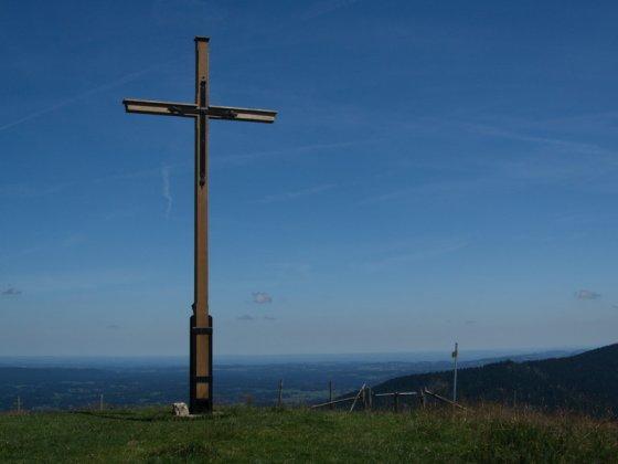 Vom einfachen Holzkreuz des Rechelkopfes hat man eine hervorragende Sicht in das Alpenvorland.