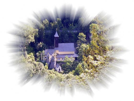 Die Kirche Maria Klobenstein mit Kapelle und dem Klobenstein, dem gespaltenen Felsblock