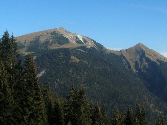 Schafreuter (links) und Delpsjoch (rechts). Dazwischen die Tölzer Hütte.
