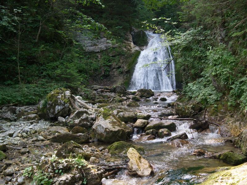 Zu Beginn der Wanderung passieren wir einen Wasserfall des Fluderbaches.