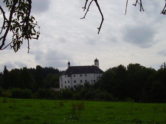 Schloß Amerang. Im Wald hinterhalb wurde das Arboretum angelegt
