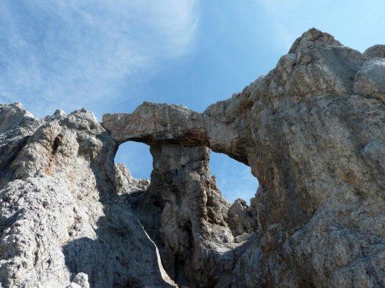 Die spektakulären Teufelslöcher - durch das rechts Felsenfenster führt der Steig