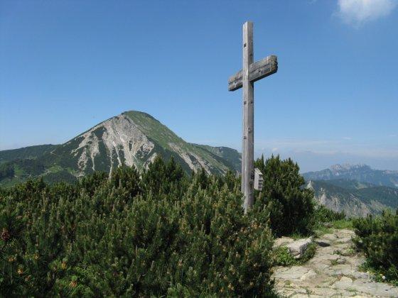 Im Hintergrund der Geigelstein - im Vordergrund das Gipfelkreuz des Breitenstein - rechts hinten die Kampenwand