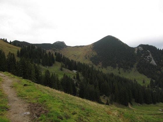 Auf dem Jägersteig-Höhenweg gehen wir Richtung Sulzingalm (Bildmitte). Der pyramidenartige mit Latschen bewachsene Geigelstein ist deutlich zu erkennen.